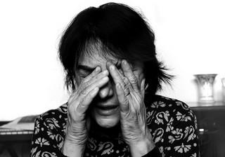 wanita menggosok matanya